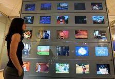 <p>Le groupe audiovisuel chinois Television Broadcasts Limited (TVB) a retenu Thomson pour le déploiement d'un service de TNT à Hong Kong. /Photo d'archives/REUTERS/Eric Gaillard</p>