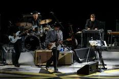 <p>O cantor e compositor norte-americano Bob Dylan toca no Via Funchal, na quarta-feira. Photo by Reuters (Handout)</p>