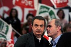 <p>O primeiro-ministro espanhol José Luis Zapatero (esq) conversa com o governador da região de Andaluzia, durante encontro do partido em Málaga. Zapatero exigiu que a Real Federação Espanhola de Futebol (RFEF) cumpra a lei e antecipe a eleição para a presidência da entidade. Photo by Jon Nazca</p>