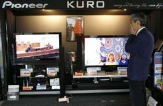 <p>Pioneer va abandonner la production d'écrans plasma ce qui le conduira à publier une perte pour la quatrième année consécutive. /Photo prise le 4 mars 2008/REUTERS/Toru Hanai</p>