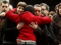 <p>Sandra Carrasco, filha de Isaias Carrasco, é abraçada durante protesto silencioso em Mondragón, Espanha, em 8 de março de 2008. Ela pediu no sábado aos espanhóis que compareçam em massa para votar no domingo como um gesto de repúdio pela morte de seu pai. Photo by Vincent West</p>