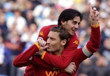 <p>Il capitano della Roma Francesco Totti (a sinistra) festeggia il suo gol su rigore al Napoli con il compagno di squadra Alberto Aquilani. REUTERS/Max Rossi (ITALY)</p>