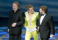 <p>Two of the original four members of the Swedish pop group Abba, Benny Anderson (L) and Bjorn Ulvaeus (R) stand with an unidentified cast member as they attend an event to celebrate the fifth anniversary of the musical Mamma Mia at the Prince Edward Theatre in London April 6, 2004. REUTERS/Paul Hackett</p>