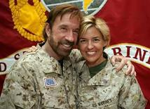 <p>El actor estrella de Hollywood, Chuck Norris, posa junto con la sargento Amy Forsythe durante su visita a Falluja (10-03-08). Chuck Norris, conocido por sus películas de acción, su habilidad con las artes marciales y su imagen de tipo duro, se ha convertido en una figura de culto entre los soldados estadounidenses destinados en Irak y en un héroe poco común para algunos de los agentes de seguridad del país. Photo by Reuters (Handout)</p>