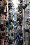 <p>Una veduta dei quartieri spagnoli di Napoli, la città che nel quinquennio 2001-2006 ha acquisitro. REUTERS/Max Rossi (ITALY)</p>