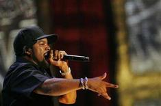 <p>Rapper Ice Cube gestures as he performs during the 2006 VH1 Hip Hop Honors ceremony in New York City, October 7, 2006. REUTERS/Lucas Jackson</p>