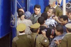<p>الشرطة المصرية تلقي القبض على أحد أعضاء جماعة الاخوان المسلمين في مصر يوم 6 مارس آذار 2008. تصوير : رويترز.</p>