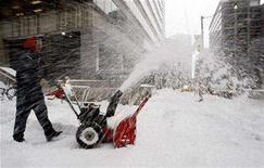<p>A worker clears snow in downtown Toronto February 1, 2008. REUTERS/Mark Blinch</p>