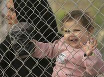 <p>Un bambina palestinese attraversa il confine meridionale di Gaza dopo che l'Egitto ha aperto le frontiere per i palestinesi bisognosi di cure mediche. 2 marzo 2008, REUTERS/Ibraheem Abu Mustafa</p>