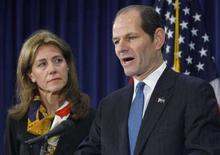 <p>Il governatore di New York Eliot Spitzer accanto alla moglie Silda Wall Spitzer mentre annuncia le dimissioni nel suo ufficio di New York. REUTERS/Brendan McDermid</p>