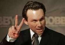 <p>Christian Slater flashes a victory sign as he arrives for the German premiere of his latest movie 'Bobby - Sie hatten alle einen Traum' (Bobby) in Berlin March 2, 2007. REUTERS/Tobias Schwarz</p>
