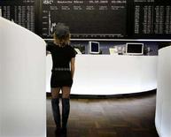 <p>Una trader alla borsa di Francoforte. REUTERS/Kai Pfaffenbach</p>