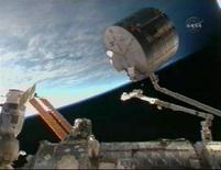 <p>Il modulo giapponese Kibo è fissato da un braccio meccanico che cerca di trasportarlo verso la sua allocazione temporanea. REUTERS/NASA TV</p>