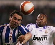 <p>Sergio Gonzalez (esquerda), do Deportivo la Coruña, disputa bola com Baptista, do Real Madrid. O Real perdeu por 1 x 0, neste sábado, pelo Campeonato Espanhol, e não conseguiu espantar o azar que o acompanha no Riazor, estádio do Deportivo. Photo by Miguel Vidal</p>