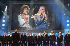 """<p>Su un maxi schermo un video di Agneta Faeltskog (d) e Anni-Frid Lyngstad degli Abba, durante l'esibizione del brano """"Waterloo"""" nel 1974, durante un concorso musicale europeo nel 2005. REUTERS/Scanpix/Jens Norgaard Larsen</p>"""