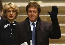 <p>El ex Beatle, Paul McCartney, y su abogada Fiona Shackleton, arriban al Tribunal Supremo en Londres (17-03-08). El cantante que perteneció a los Beatles Paul McCartney recibió una orden el lunes de pagar a su ex esposa Heather Mills una cantidad de 24,3 millones de libras esterlinas (48,7 millones de dólares) tras una reñida batalla de divorcio. Photo by Kieran Doherty/Reuters</p>