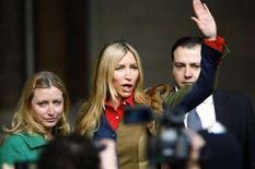<p>Heather Mills parla ai giornalisti in compagnia della sorella all'esterno del tribunale, dopo l'udienza di divorzio dall'ex Beatle Paul McCartney a Londra. REUTERS/Kieran Doherty</p>