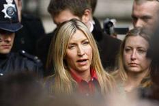 <p>A britânica Heather Mills fala a jornalistas do lado de fora do tribunal, em Londres. O ex-Beatle Paul McCartney foi condenado pela Justiça a pagar 24,3 milhões de libras (48,7 milhões de dólares) à ex-mulher Heather Mills, depois de uma turbulenta batalha judicial pelo divórcio. Photo by Kieran Doherty</p>