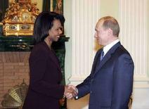 """<p>Президент РФ Владимир Путин пожимает руку госсекретарю США Кондолизе Райс на переговорах в Кремле, Москва, 17 марта 2008 года. Президент России Владимир Путин сообщил в понедельник о получении """"серьезного документа"""" от своего американского коллеги Джорджа Буша, в котором говорится о перспективе успешного развития отношений между двумя странами. (REUTERS/RIA Novosti/Kremlin)</p>"""