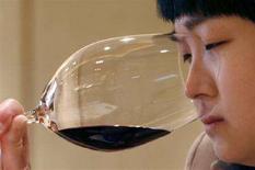 <p>Immagine d'archivio di una assaggiatrice di vino all'opera. REUTERS/Claro Cortes IV (CHINA)</p>