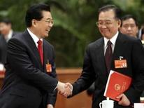 <p>Presidente da China Hu Jintao (esquerda) cuprimenta o premiê  Wen Jiabao após cerimônia no parlamento chinês, nesta terça-feira. Photo by China Daily</p>