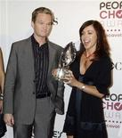 "<p>Neil Patrick Harris (L) and Alyson Hannigan of the comedy series ""How I Met Your Mother"" pose with a People's Choice Award prior to announcing the nominations for the People's Choice Awards at a news conference in Beverly Hills, California, November 7, 2006. REUTERS/Fred Prouser</p>"