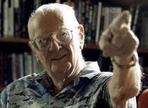 <p>Foto de archivo del escritor Arthur C. Clarke gesticulando en su estudio en Colombo (18-03-08). El escritor de ciencia ficción británico Sir Arthur C. Clarke, conocido por su novela '2001: A Space Odyssey' que también se convirtió en un filme clásico, murió en Sri Lanka a los 90 años. Photo by Anuruddha Lokuhapuarachchi/Reuters</p>