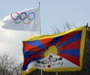 <p>Bandeira do Tibet (primeiro plano) junto à bandeira Olímpica (ao fundo) durante protesto contra Jogos Olímpicos de Pequim. A China prometeu na quarta-feira que a tocha olímpica passará pelo Tibet, apesar dos distúrbios na região. Photo by Denis Balibouse</p>