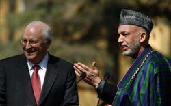<p>O vice-presidente dos Estados Unidos, Dick Cheney, conversa como presidente do Afeganistão, Hamid Karzai, em Kabul. Photo by Ahmad Masood</p>