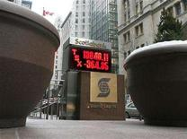 <p>An outdoor Bay Street stock ticker showing the TSX closing quote of 13,040, down 364 points, in Toronto, February 27, 2007. REUTERS/J.P. Moczulski</p>