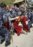 <p>China faz prisões por 'crimes graves' no Tibet. As autoridades do Tibet prenderam 24 suspeitos de 'crimes graves', depois que soldados dispersaram as manifestações contra o domínio chinês na região. 20 de março. Photo by Gopal Chitrakar</p>