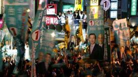 <p>Apoiadores do candidato governista à presidência de Taiwan exibem bandeiras em 21 de março de 2008. As turbulentas relações de Taiwan com a China e a recente violência no Tibete dominaram as últimas horas da campanha. Photo by Russell Boyce</p>