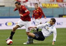 <p>Un'azione sul campo vede impegnati Francesco Totti della Roma e Lino Marzoratti dell'Empoli all'Olimpico. REUTERS/Giampiero Sposito</p>