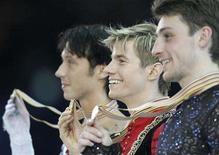 <p>Figure skaters (R-L) Brian Joubert of France, Jeffrey Buttle of Canada and Johnny Weir of the U.S. pose with their medals after the winning he men's free skating programme at the World figure Skating Championships in Gothenburg March 22, 2008. REUTERS/Grigory Dukor</p>