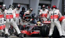 <p>Hamilton mantém a calma após pitstop desastroso na Malásia. Lewis Hamilton manteve a calma e o bom humor no domingo depois de ter tido trabalho para conquistar o quinto lugar no Grande Prêmio da Malásia. 23 de março. Photo by Bazuki Muhammad</p>