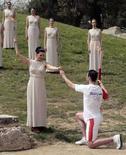 <p>Una immagine della cerimonia di accensione della torcia olimpica. REUTERS/John Kolesidis</p>