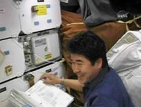 <p>L'astronauta giapponese Takao Doi lavora sul ponte dello Space Shuttle Endeavour . REUTERS/NASA TV</p>