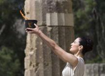 <p>A tocha olímpica é carregada pela atriz grega Maria Nafpliotou durante cerimônia. Manifestantes pró-Tibet tentaram interromper a cerimônia de acendimento da tocha olímpica dos Jogos de Pequim no antigo estádio da cidade de Olímpia, na Grécia, nesta segunda-feira. Photo by John Kolesidis</p>