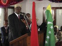 <p>Мохамед Бакар, самозваный президент Анжуана, обращается к жителям острова, 6 июля 2007 года. Войска Коморских островов при поддержке Африканского союза во вторник захватили столицу и аэропорт восставшего острова Анжуан. REUTERS/Ed Harris/Files</p>