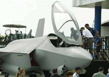 <p>Персонал ВВС Австралии проверяет модель истребителя F-35. Министерство обороны США в среду проведет заседание, чтобы определиться с покупкой 2.458 истребителей F-35 Lightning II у авиастроителя Lockheed Martin Corp, сообщила газета Wall Street Journal.</p>