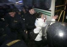 <p>Милиционеры вталкивают задержанных оппозиционеров в милицейский автобус, Минск, 25 марта 2008 года. Несанкционированный митинг белорусской оппозиции в Минске закончился столкновениями с милицией и задержанием десятков человек вечером во вторник. REUTERS/Yulia Darashkevich</p>