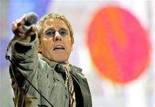 <p>The Who's lead singer Roger Daltry performs during the Glastonbury music festival in Somerset June 24, 2007. REUTERS/Dylan Martinez</p>