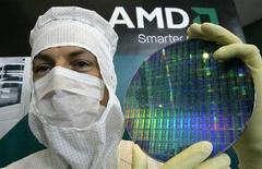 <p>Un tecnico dell'AMD posa per i fotografi con un wafer nella fabbrica di Dresda. La foto è stata scattata nell'ottobre 2006. REUTERS/Fabrizio Bensch</p>