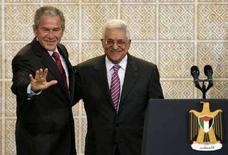 <p>Президент США Джордж Буш и глава Палестинской автономии Махмуд Аббас на встрече в городе Рамалла 10 января 2008 года. Президент США Джордж Буш пригласил главу Палестинской автономии Махмуда Аббаса принять участие в переговорах, посвященных подписанию палестино-израильского мирного договора, сообщил представитель Белого дома Гордон Джондроу в четверг. (REUTERS/Kevin Lamarque)</p>