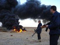 <p>Иракские полицейские стоят у места взрыва нефтепровода в городе Байджи на севере Ирака, 30 января 2008 года. Экспорт нефти из Ирака резко сократился в четверг в результате подрыва крупного нефтепровода на юге страны, сообщил представитель South Oil Company (SOC). (REUTERS/Sabah al-Bazee)</p>