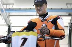 <p>L'ex campione del mondo di Formula Uno Michael verifica la sua moto KTM prima di una gara a Misano. REUTERS/Marco Bucco</p>
