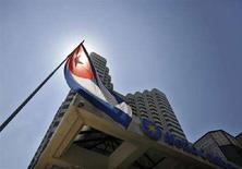 <p>Bandiera di Cuba all'entrata di un albergo della catena spagnola Melia a L'Avana. Foto del 17 marzo 2008. CUBA-FUTURE/BUSINESS REUTERS/Claudia Daut</p>