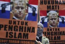 <p>Un giovane musulmano a una manifestazione di protesta contro il deputato olandese Geert Wilders a Giacarta. REUTERS/Beawiharta</p>