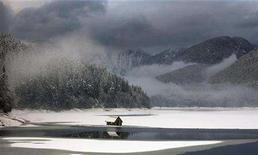 <p>The partially frozen waters of the Capilano Reservoir are shown in British Columbia, January 29, 2008. Increasing droughts in the United States and American unhappiness over NAFTA mean Canada could one day be forced to allow bulk shipments of water to its giant neighbor, a left-leaning think tank said on Thursday. REUTERS/Andy Clark</p>