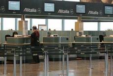 <p>Un'immagine dell'aeroporto d Malpensa dopo il taglio dei voli Alitalia. REUTERS/Alessandro Garofalo (ITALY)</p>
